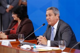 General Braga Neto falando em coletiva de imprensa