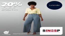 Mulher negra usando blusa e calça para mostrar descontos na loja Lunender com os dizeres 20 por cento off e logo do Sinssp.